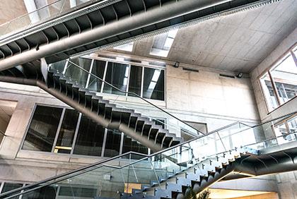 Ocelová konstrukce schodišť a lávek - Atrium Jihočeské univerzity Č. Budějovice