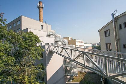Ocelová konstrukce lávky - Apartmány Fabrika, Praha Smíchov