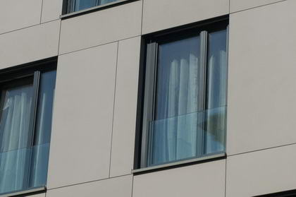 BD Koněvova, Praha - skleněná zábradlí francouzských oken