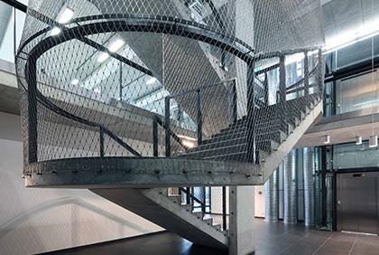 Sídlo společnosti Cortex v Praze - vnitřní zábradlí s výplní s nerezovou sítí