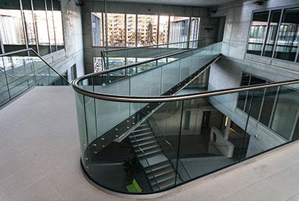 Jihočeská univerzita Č. Budějovice - skleněné zábradlí