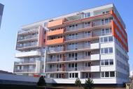 Efektně vyřešené výplně zábradlí ladí s celovým barevným tónem domu