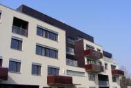 Námi dodaná červeně tónovaná skleněná zábradlí balkónů podtrhuje architektonický akcent celého domu.