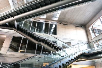 Unikátní schodiště a lávky v atriu univerzity