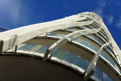 Dodali jsme technologicky náročné hliníkové slunolamy, které utvářejí vzhled celé budovy.